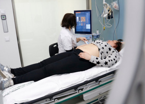 A doctor performes a liver screen on a patient in Hospital Clinic (by Blanca Blay)