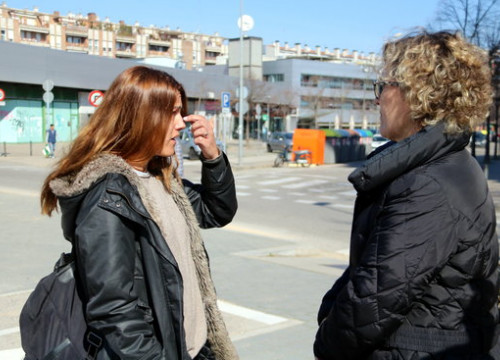 Trade union spokesperson Lídia Arasanz (left) speaks with a journalist about the situation among Ryanair staff based in Girona (by Eli Don)
