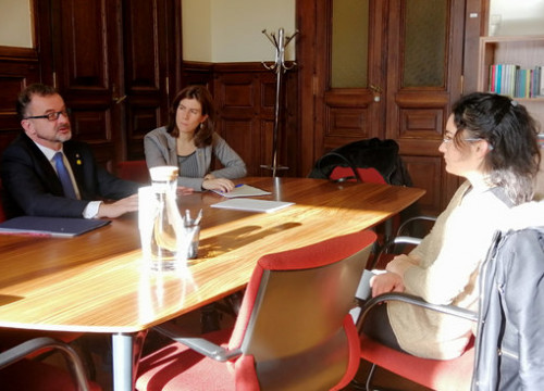 Former foreign action secretary Mireia Borrell (center) sits alongside former foreign action minister Alfred Bosch (left) in a meeting with Portuguese MP Isabel Pires (image courtesy of the Government Delegation in Portugal)
