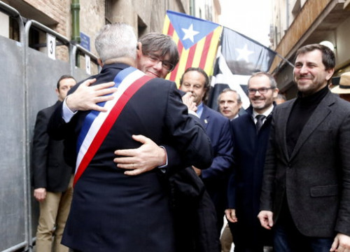 The Catalan former president, Carles Puigdemont, hugs the mayor of Perpignan, Jean-Marc Pujol, outside Perpignan city council, on February 29, 2020 (by Xavier Pi)