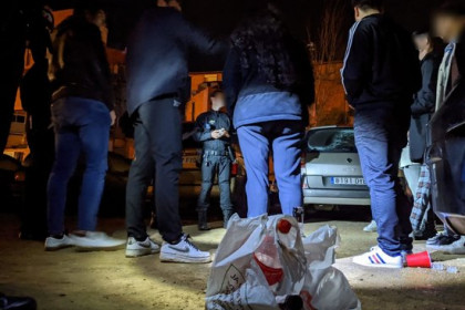 Local police in Reus fine a group of youths for public drinking in March 2020 (photo courtesy of Reus city hall)