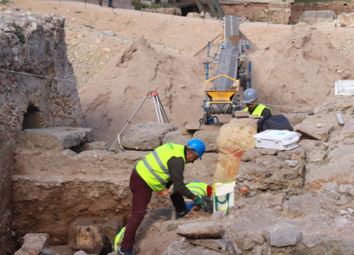 Technicians working during excavations at the Roman theater in Tarragona, March 6, 2020 (by Eloi Tost)