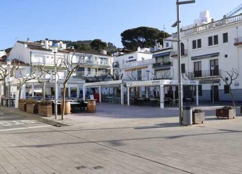 A public square with closed bars in the Costa Brava town of Llafranc (by Aleix Freixas)