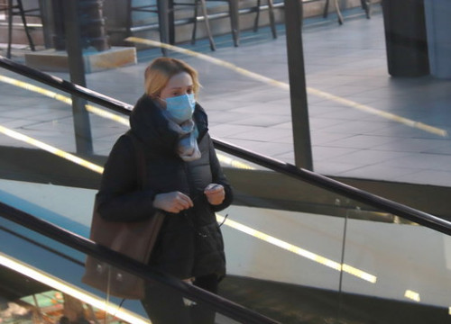 A woman wears a face mask in the Tarragona market (by Eloi Tost)