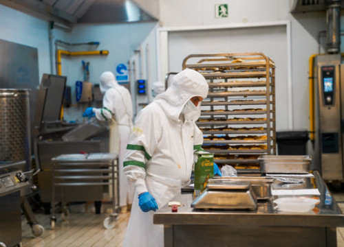 Social meals being prepared in a kitchen (by Barcelona council)