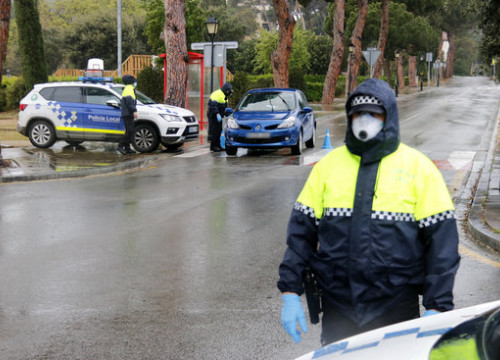 Police controls in the town of Sant Vincenç de Montalt during the coronavirus lockdown (by Jordi Pujolar)