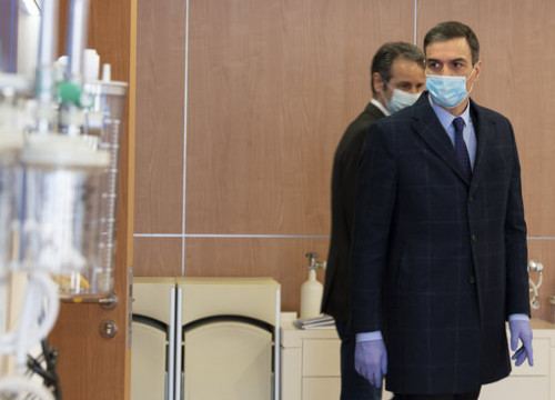 Spanish president Pedro Sánchez wearing a mask and gloves during a visit to the Madrid-based company Hersill, April 3, 2020 (Moncloa Pool/Borja Puig de la Bellacasa)