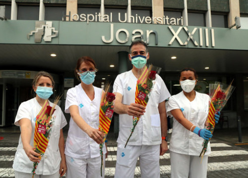 Healthcare workers with roses outside Joan XXIII hospital, in Tarragona (by Roger Segura)