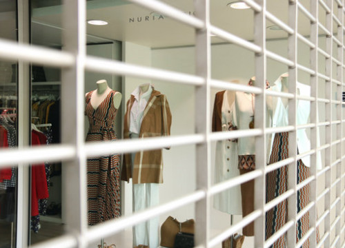 A clothes shop in Barcelona closed during the coronavirus crisis (by Marta Casado Pla)