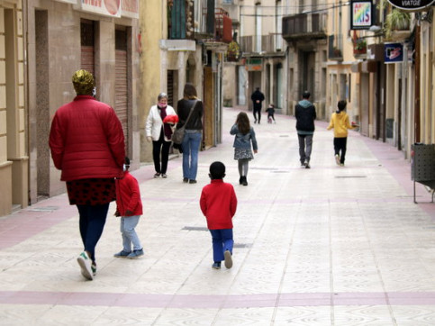 Families out for a walk in Cervera on the first day of children being allowed out since lockdown began, April 26, 2020 (by Anna Berga)