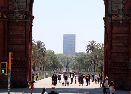 Dozens of people flocking to streets in Barcelona's Arc de Triomf area, on April 26, 2020 (by Mar Vila)