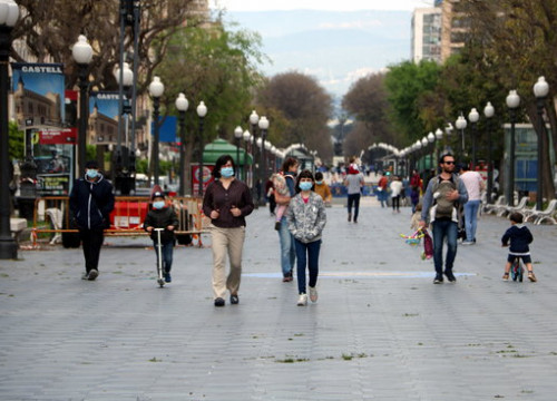 People walking with children on Rambla Nova de Tarragona (by Mar Rovira)