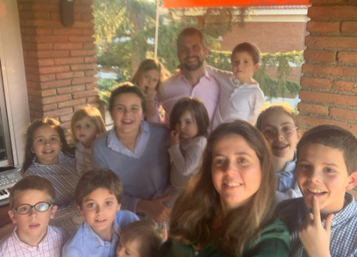 A selfie of the family with eleven children getting through the lockdown together (by Patrícia Díez)