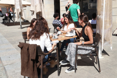 Four friends enjoy coffee in a Girona terrace as the city enters Phase 1, May 18, 2020 (Aleix Freixas)