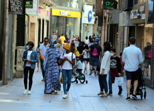 Pedestrians walk along Lleida's shopping area (by Salvador Miret)
