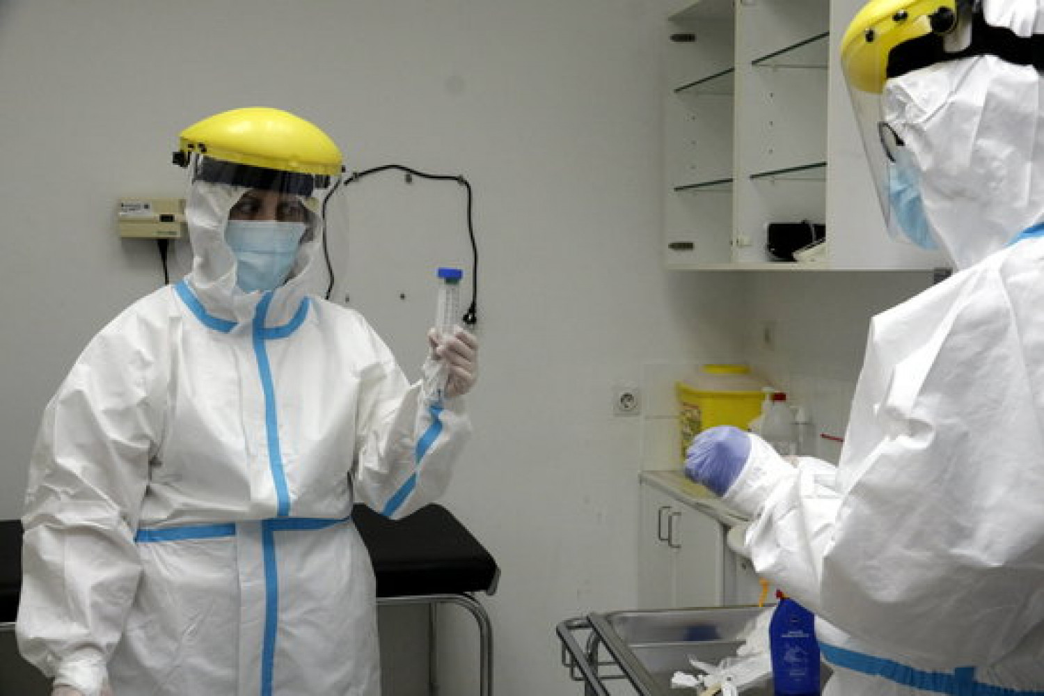 Healthcare workers perform a coronavirus test in one of Catalonia's primary care centers (by Marina López)