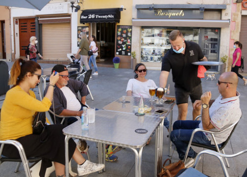 An outdoor seating area of a bar in Calella on May 19, 2020 (by Jordi Pujolar)