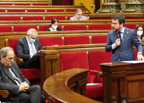 Catalan vice president Pere Aragonès speaks to president Quim Torra during a parliament session in May, 2020 (by Job Vermeulen/ Parlament)