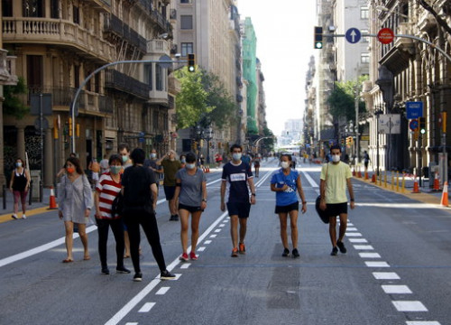 People walking along Via Laietana in Barcelona, closed to traffic, May 23, 2020 (by Guillem Roset)