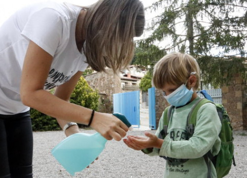A young student disinfects their hands on the first day of returning to school in Central Catalonia following the coronavirus pandemic (by Gemma Aleman)