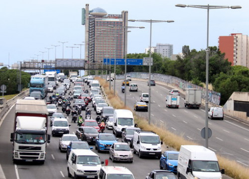 Slow drive of Nissan workers in Gran Via avenue, L'Hospitalet de Llobregat, towards Barcelona, on June 4, 2020 (by Aina Martí)