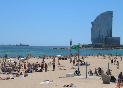 Barceloneta beach under the sunshine during the summer of 2020 (by Blanca Blay)