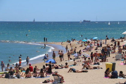 Barcelona's Barceloneta beach on June 13, the first day when bathing was allowed since the lockdown was enacted (by Blanca Blay)