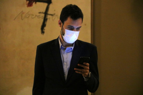 Catalan parliament speaker Roger Torrent wearing a face mask and using his mobile phone (by Bernat Vilaró)