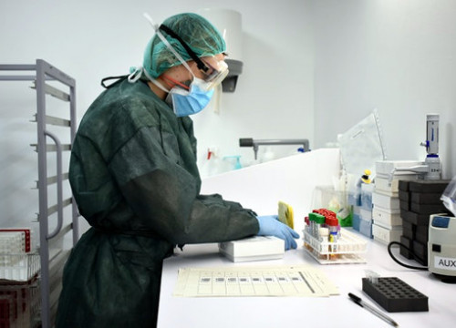 A healthcare professional analyzes PCR coronaviruses samples in a lab (image courtesy of ICS Girona)