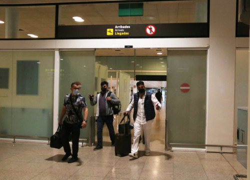 Passengers arrive in Barcelona after airlines resume international operations (by Albert Cadanet)