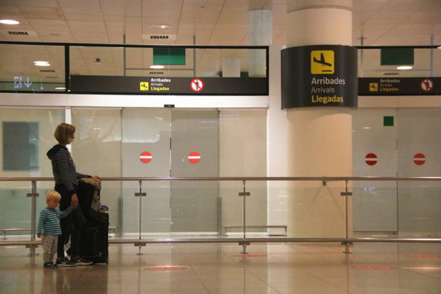 A passenger waiting in the Barcelona's arrival zone on June 21, 2020 (by Albert Cadanet)