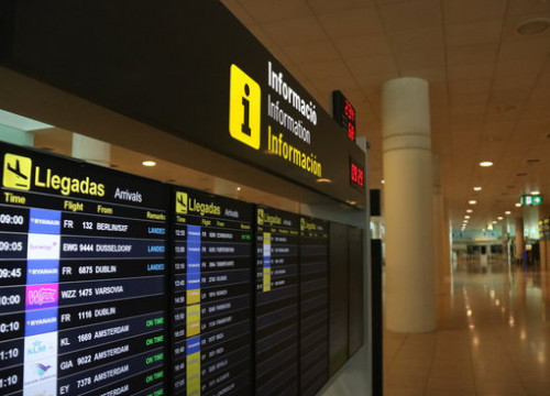 Arrivals board at Barcelona-El Prat airport, June 21, 2020 (by Albert Cadanet)