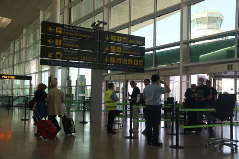 Queues at the doors at Barcelona airport, June 2020 (by Albert Cadanet)