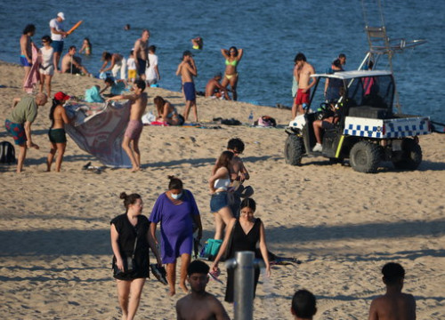 Local police officers clearing a beach in Barcelona during the summer of 2020 (by Pau Cortina)