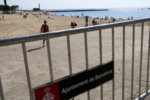 Barceloneta beach with a gate controlling access during the summer of 2020 (by Carola López)