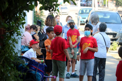 A group of children in Barcelona wait for the bus to summer camp, June 25, 2020 (by Miquel Codolar)