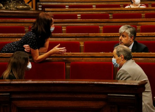 President Quim Torra speaks with fellow JxCat members Marta Madrenas and Albert Batet in the Catalan parliament (by Sílvia Jardí)