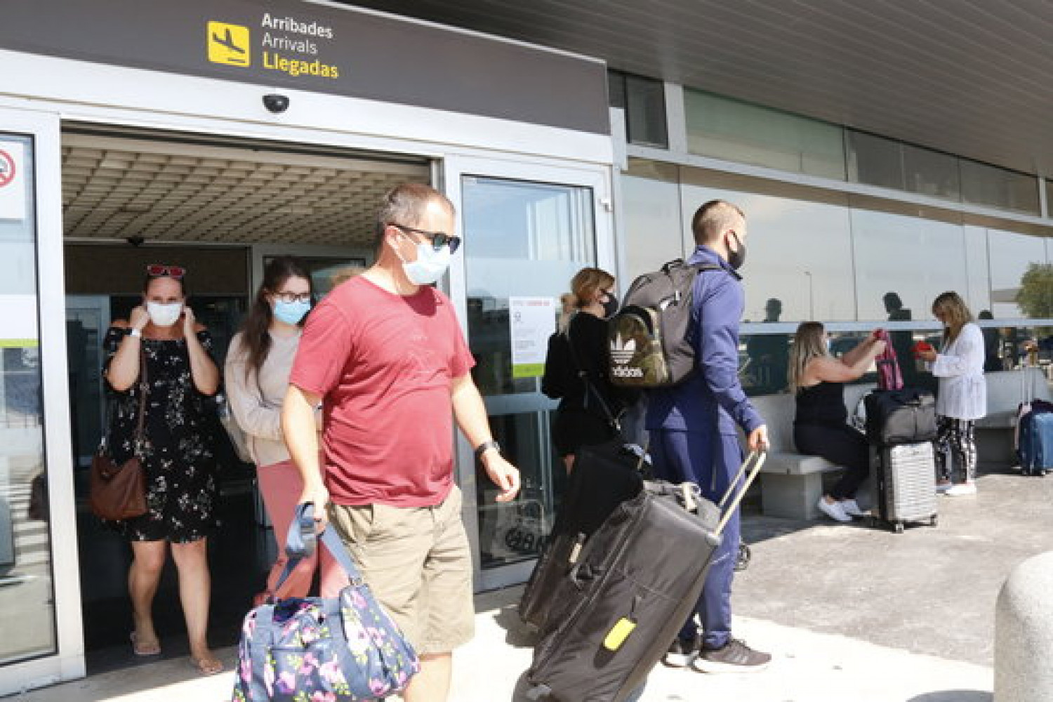 Tourists arrive at Reus airport, from the first plane to land there following the end of the state of alarm, July 1, 2020 (by Núria Torres)