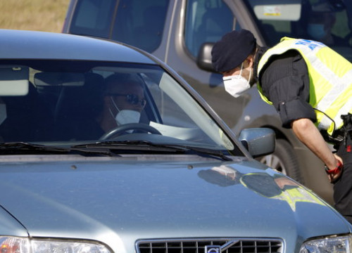 A Catalan police officer talks to a driver at the border of the Segrià county (by Oriol Bosch)