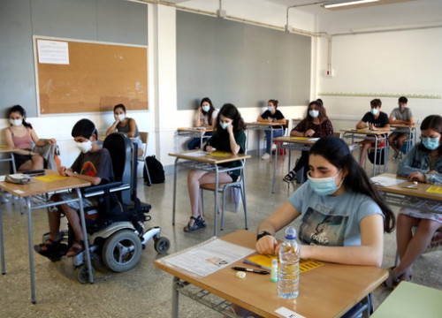 High school students taking the university entrance exams in Pallars Jussà (by Marta Lluvich)