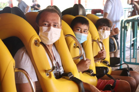 Visitors wearing face masks on Dragon Khan at PortAventura on the first day of its reopening, July 8, 2020 (Eloi Tost)