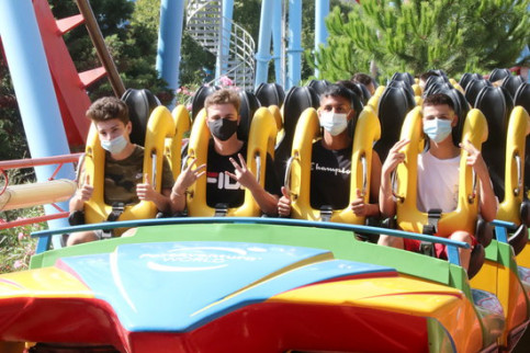 Visitors wearing face masks at PortAventura World prepare for a ride on the Dragon Khan train in the summer of 2020 (by Eloi Tost)
