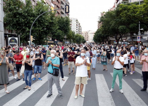 300 people protested in Lleida after the Catalan government issued a stay-at-home order (by Laura Cortés)