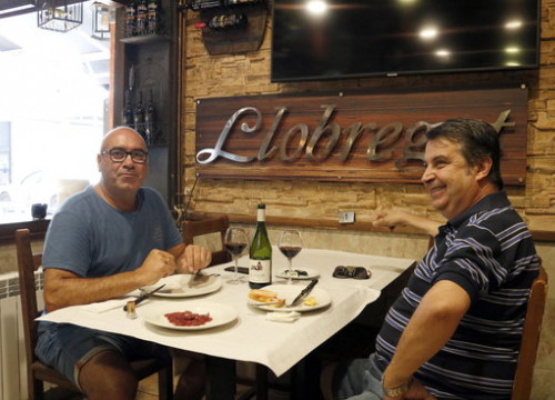 Two customers eating lunch in a restaurant in Lleida (by Laura Cortés)