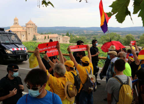 Some demonstrators showing banners reading 'Catalonia has no king' in a protest against the monarch's visit to Poblet monastery, on July 20, 2020 (by Gemma Sánchez)