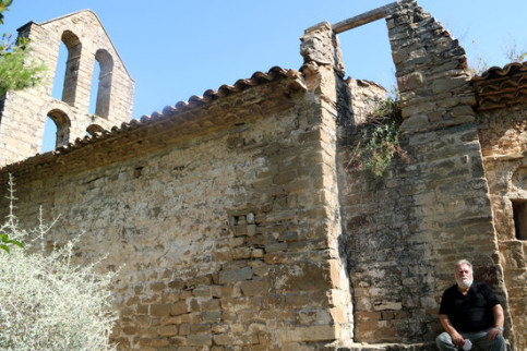 Image of the Sant Pere de Vallhonesta chapel, in Sant Vicenç de Castellet, with Joan Casajoana, who claims ownership, on July 23, 2020 (by Nia Escolà)