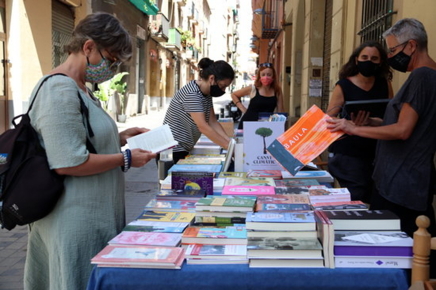 The stall of a book shop that specialises in children's books during the July Sant Jordi celebrations of 2020 (by Mar Vila)