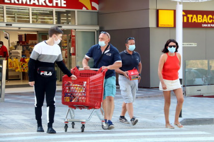 Some French customers going shopping in El Pertús, Alt Empordà county, on July 25, 2020 (by Eli Don)