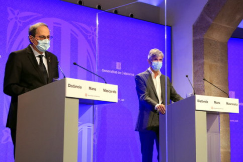 Catalan president Quim Torra, left, speaks at a press conference with the secretary of public health, Josep Maria Argimon, right (by Laura Fíguls)