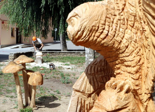An artist crafts wooden sculptures using a chainsaw in Esterri d'Àneu July 27, 2020 (by Marta Lluvich)